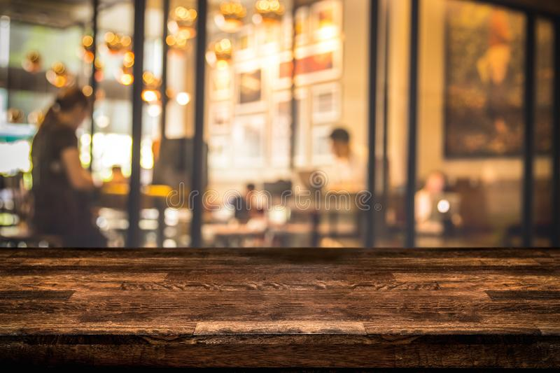 Contador de madeira escuro real do tampo da mesa com fundo defocused do fundo do restaurante, da barra ou do bar fotos de stock