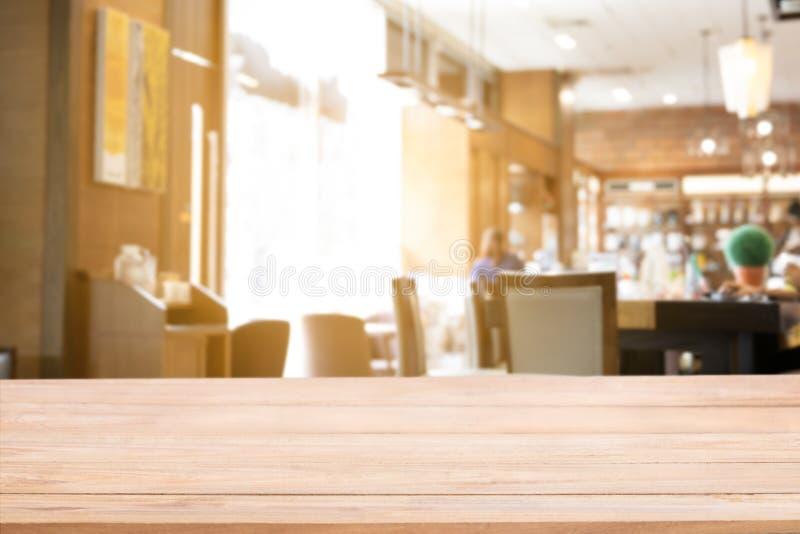 Contador de madeira real do tampo da mesa com fundo defocused do fundo do restaurante, da barra ou do bar foto de stock royalty free