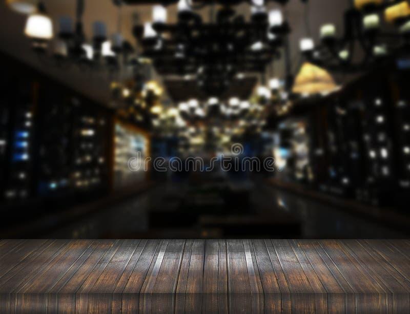 Contador de madeira velho da tabela no clube noturno do borrão foto de stock royalty free