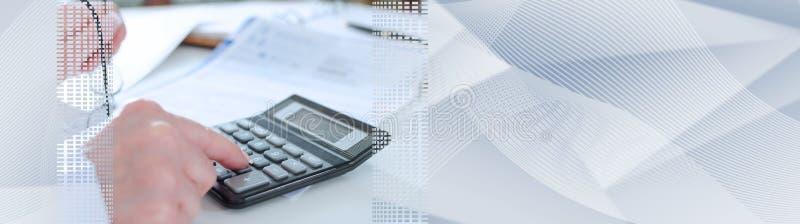 Contador de mulher com calculadora; bandeira panorâmico fotos de stock royalty free