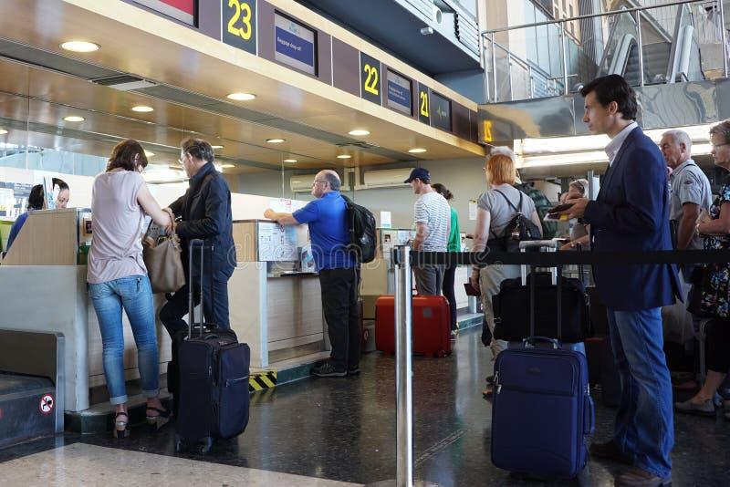 Contador de registro do aeroporto imagens de stock royalty free