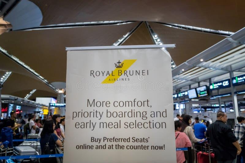 Contador de registro real das linhas aéreas de Brunei Darussalam em Kuala Lumpur International Airport imagens de stock royalty free