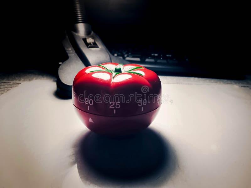 Contador de tiempo de Pomodoro - contador de tiempo formado tomate mecánico de la cocina para cocinar o estudiar fotos de archivo libres de regalías