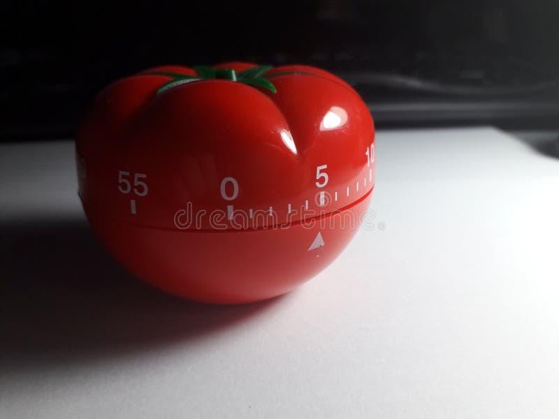 Contador de tiempo de Pomodoro - contador de tiempo formado tomate mecánico de la cocina para cocinar o estudiar foto de archivo
