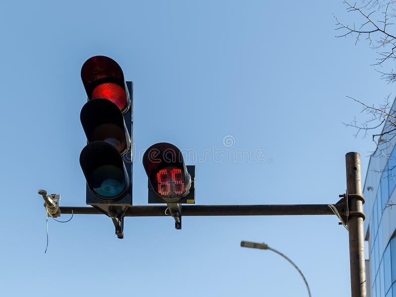 Contador de tiempo rojo del semáforo y de la cuenta descendiente de coche instalado en un polo sobre un camino en una calle de la foto de archivo libre de regalías