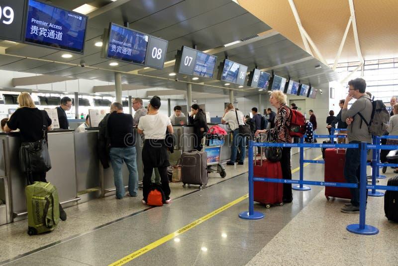 Contador del incorporar de United Airlines en el aeropuerto internacional de Shanghai Pudong fotos de archivo libres de regalías