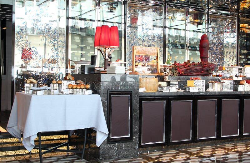 Contador do bufete em um restaurante do hotel imagem de stock royalty free
