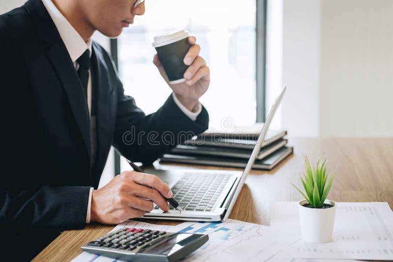 Contador do homem de negócios que trabalha o projeto novo no laptop com documento do relatório e para analisar o gráfico e o diag fotos de stock royalty free