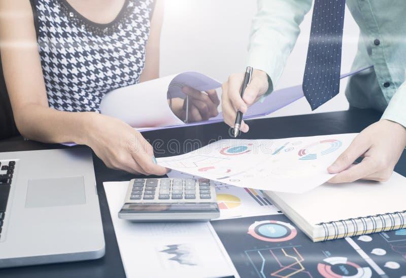 Contador do negócio com o gráfico do original financeiro no escritório fotos de stock royalty free