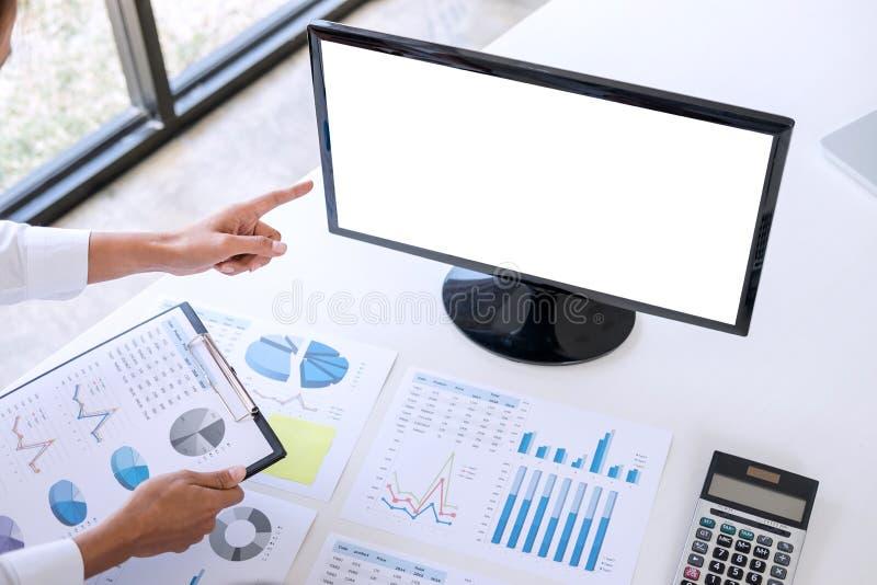 Contador do negócio ou banqueiro, mulher de negócio que aponta e analy imagens de stock