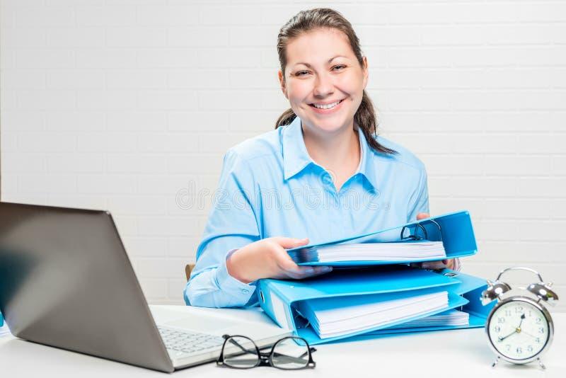 Contador feliz com os dobradores na tabela em um wal branco ladrilhoso imagem de stock royalty free