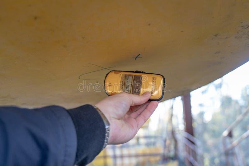 Contador Geiger en la noria en Chernóbil imagen de archivo