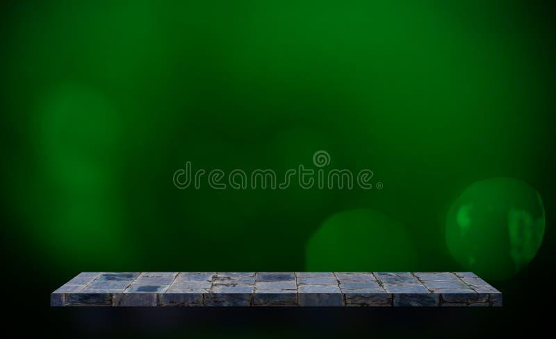 Contador gris del estante de la roca para la exhibición del producto en bokeh verde foto de archivo
