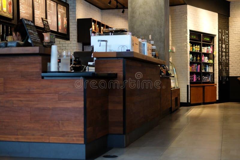 Contador interior del pago del café de la bebida y del postre en el café de Starbucks fotografía de archivo libre de regalías