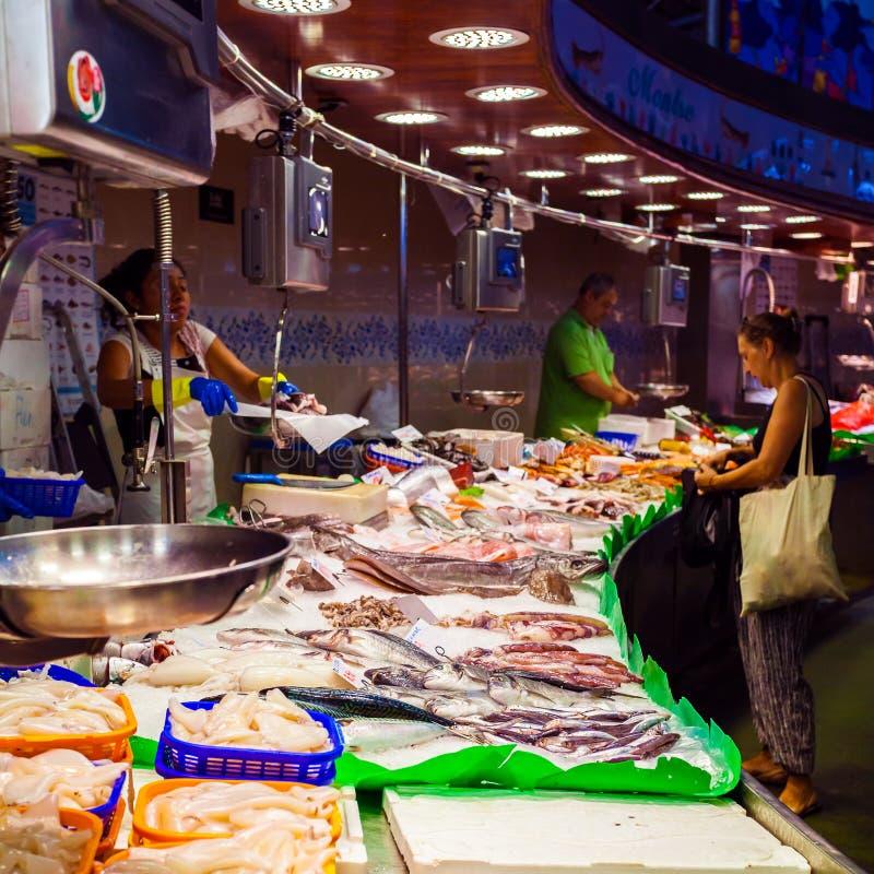 Contador longo com vários peixes e marisco no mercado Barcelona imagem de stock royalty free