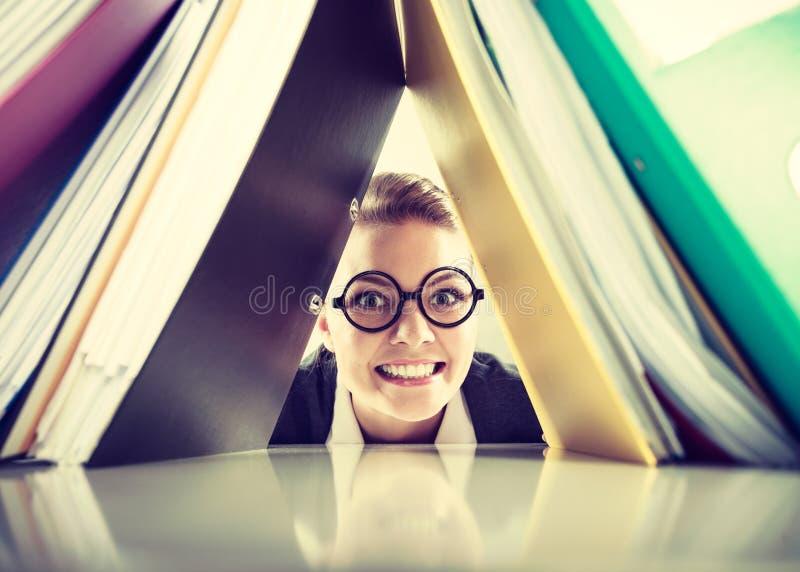 Contador louco feliz com as pilhas das pastas foto de stock