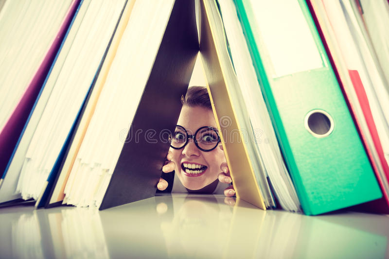 Contador louco feliz com as pilhas das pastas foto de stock royalty free