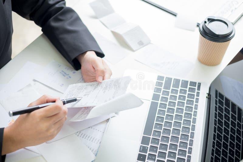 Contador ou banqueiro de mulher do negócio que fazem contas dos cálculos d foto de stock royalty free