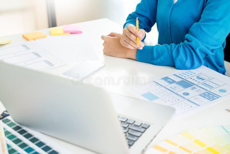 Contador ou banqueiro de mulher do negócio que fazem contas dos cálculos d imagem de stock