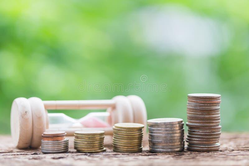 Contador ou banqueiro que fazem cálculos economias foto de stock royalty free