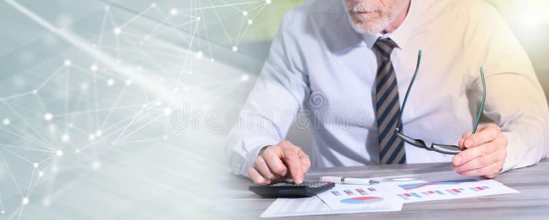 Contador que trabalha em documentos financeiros; efeito da luz fotografia de stock royalty free