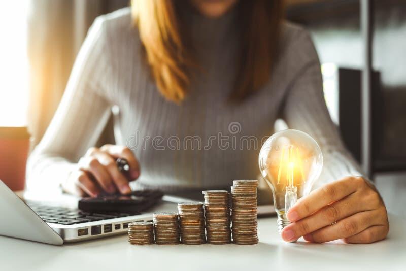 Contador que trabalha na mesa no escritório usando a calculadora e o smartphone para calcular o orçamento fotografia de stock