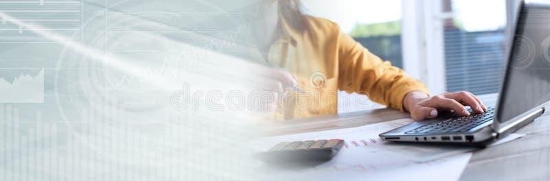 Contador que trabalha no portátil; bandeira panorâmico fotografia de stock royalty free