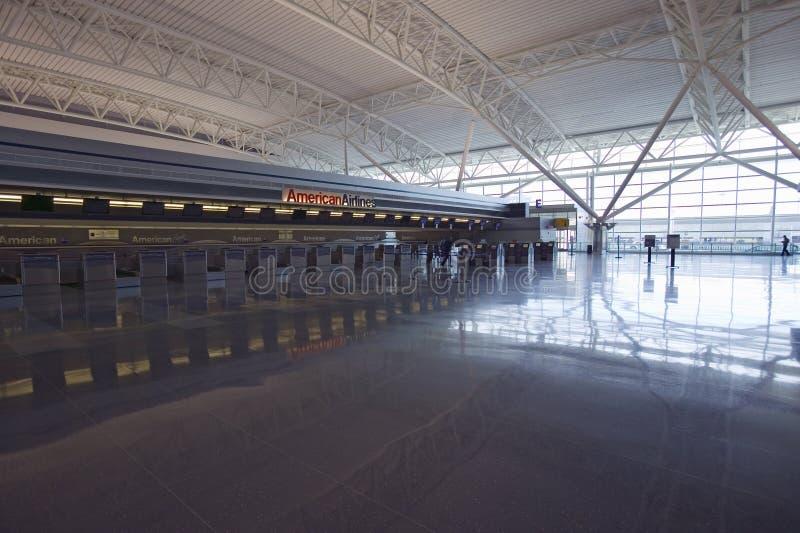Contador y reflexiones vacíos de boleto en el aeropuerto internacional de JFK, New York City, Nueva York fotografía de archivo