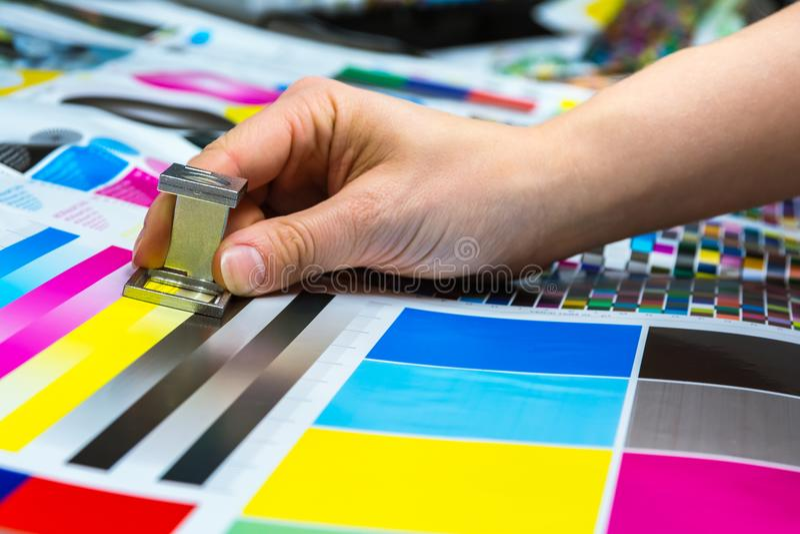 Contafili di stampa che sono usati tramite la misura femminile Co della mano immagine stock
