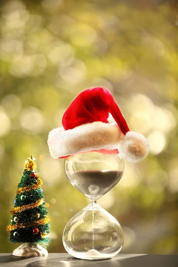 contagem de +EPS os dias 'até o quadro-negro do Natal Árvore moderna da ampulheta e de Natal fotografia de stock