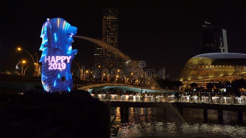 Contagem regressiva 2019 do ano novo em Merlion com luzes coloridas na cidade do centro de Singapura na noite com fundo das const imagens de stock royalty free