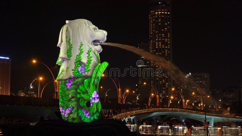 Contagem regressiva 2019 do ano novo em Merlion com luzes coloridas na cidade do centro de Singapura na noite com fundo das const foto de stock royalty free