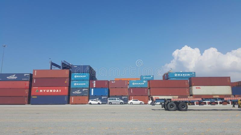 Container che aspettano per essere scaricato fotografie stock