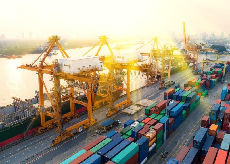 Container, containerschip in invoer-uitvoer en logistische zaken, stock afbeelding