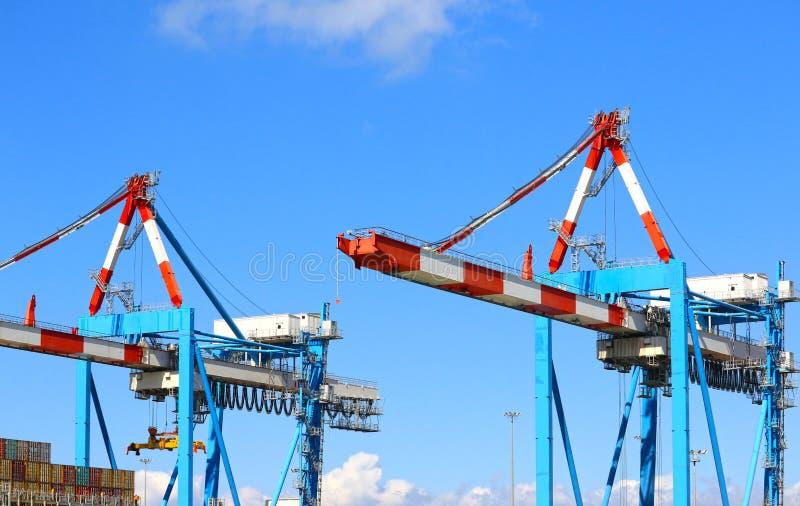 Container de kranen van de behandelingsbrug bij een containerterminal Haifa, Israël stock foto's