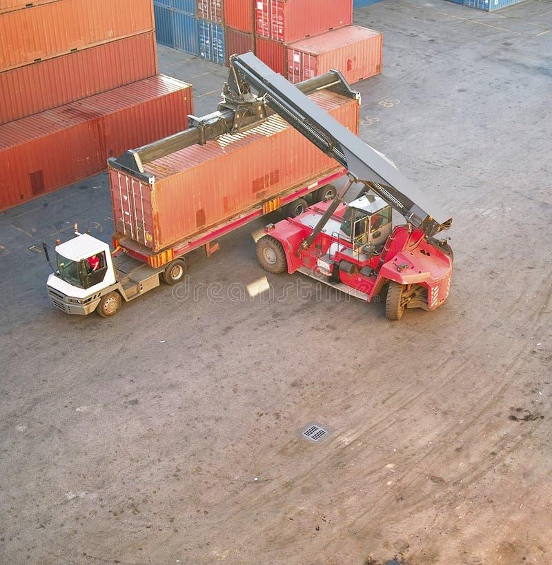Download Container in een haven stock foto. Afbeelding bestaande uit gestapeld - 29508386