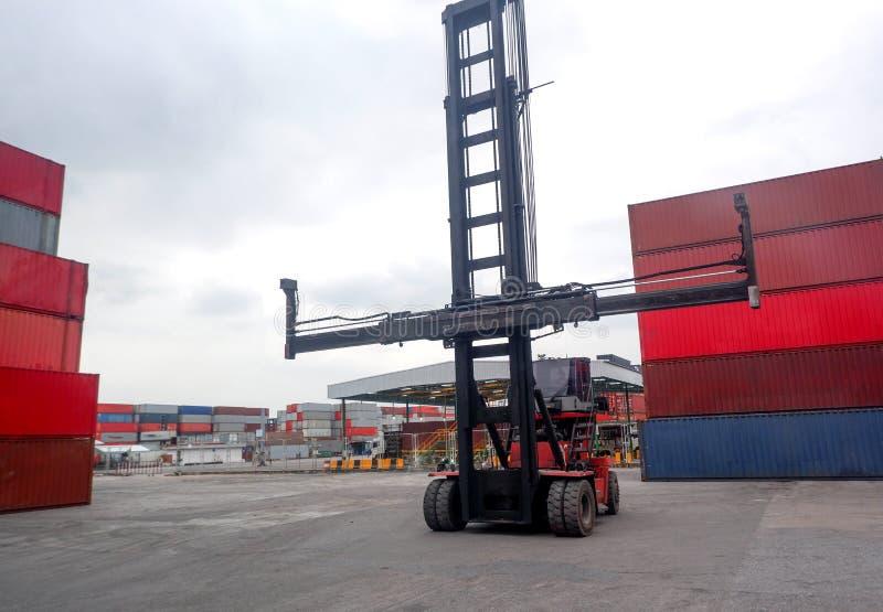 Container-Handler Arbeiten im Containerlager-Container-Stapel im Zusammenhang mit Exporten stockbilder