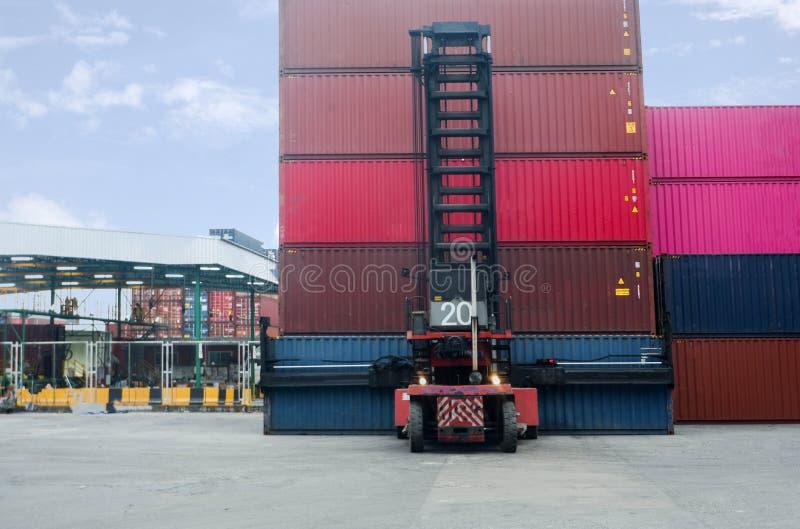 Container-Handler Arbeiten im Containerlager-Container-Stapel im Zusammenhang mit Exporten stockfoto