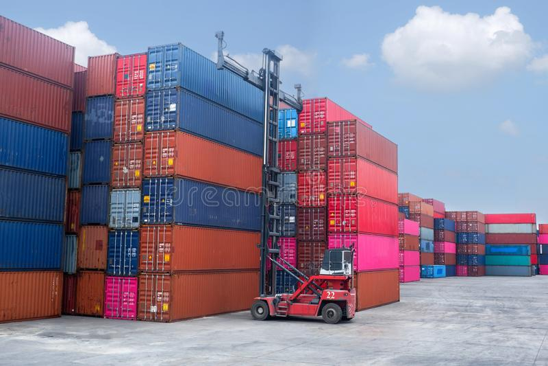 Container-Handler Container auf Stapeln laden Im Zusammenhang mit Einfuhr und Ausfuhr stockbild
