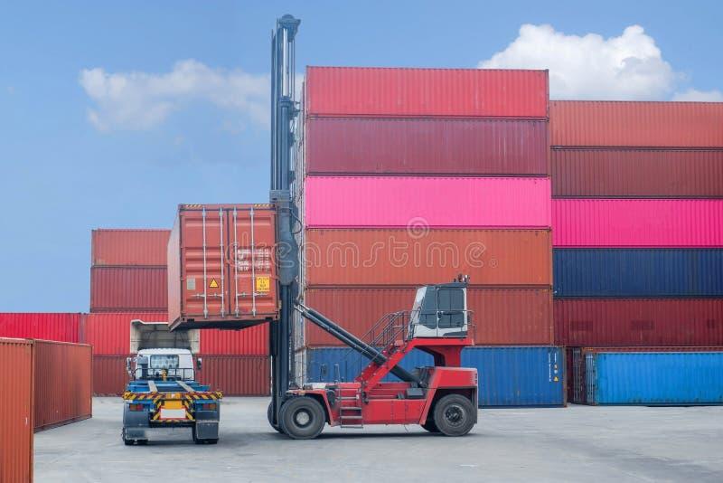 Container Handler Lade to LKW In der Versandabteilung mit Lagerschranken-Hintergrund, industrielle Ideen Import und Export lizenzfreies stockfoto