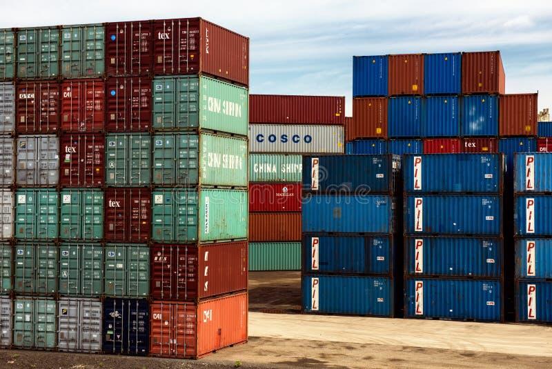 Container impilati al centro di trasporto fotografia stock libera da diritti