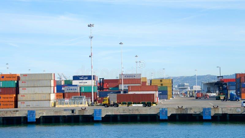 Container impilati al porto di Oakland fotografie stock libere da diritti