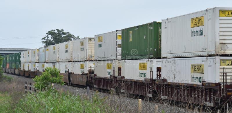 Container intermodali sul treno fotografie stock