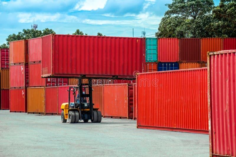 Container van de vorkheftruck de opheffende lading royalty-vrije stock afbeelding