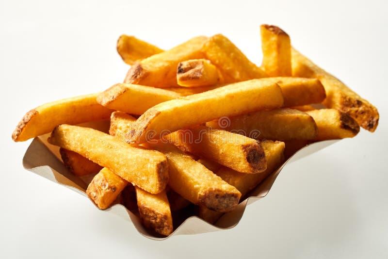 Container van knapperige Frieten of chips stock afbeeldingen