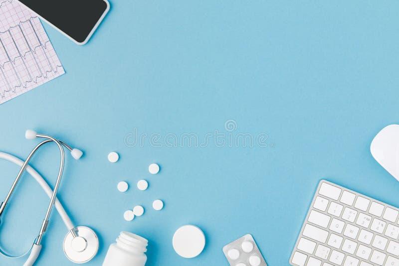 Container, verspreide pillen, stethoscoop, cardiogram, toetsenbord en smartphone royalty-vrije stock afbeeldingen