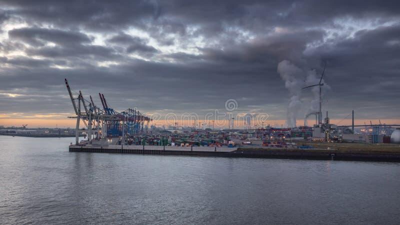 Containerbahnhof im Hafen von Hamburg unter einer Bewölkung lizenzfreie stockfotografie