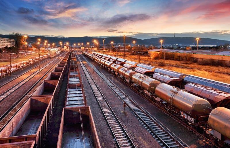 Containergoederentrein in Post, de het vervoersindustrie van de Ladingsspoorweg royalty-vrije stock foto