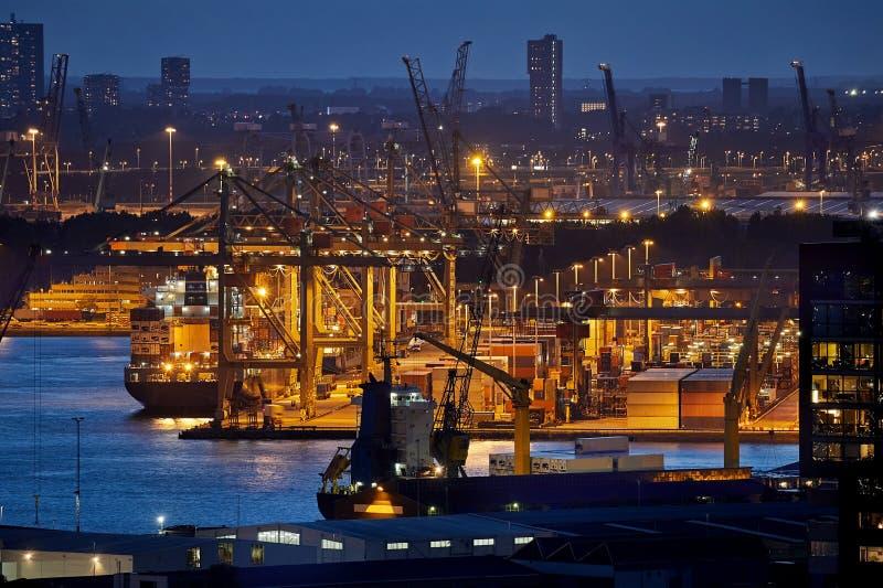 Containerhafen in Rotterdam nachts lizenzfreie stockfotografie