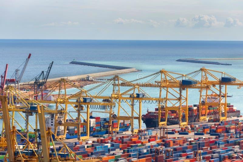 Containerhafen sauber mit dem Ozean lizenzfreie stockbilder